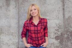 uśmiechnięta kamery kobieta Kobieta z blondynka włosy, ubierającym w czerwieni obraz royalty free