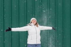 Uśmiechnięta kobieta bawić się w świeży śnieżny outside obrazy royalty free