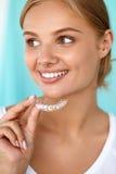 Uśmiechnięta kobieta Bieleje tacę Z Pięknym uśmiechem Używać ząb Zdjęcia Royalty Free