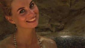 Uśmiechnięta kobieta bierze borowinowego skąpanie w zdroju centrum Piękny kobiety kąpanie w borowinowym zdroju i dolewania ciele  zbiory wideo
