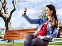 Uśmiechnięta kobieta bierze selfie Zdjęcie Stock