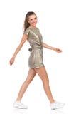 Uśmiechnięta kobieta Chodzi Pełną długość Zdjęcie Royalty Free