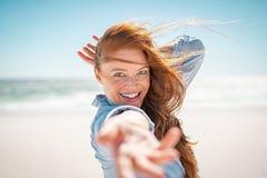 Uśmiechnięta kobieta cieszy się lato przy plażą obraz royalty free