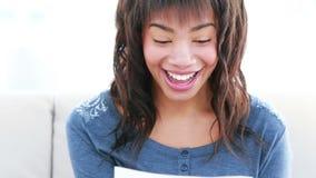 Uśmiechnięta kobieta czyta papier zbiory