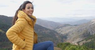 Uśmiechnięta kobieta docenia pokój natura fotografia royalty free