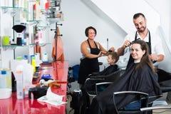 Uśmiechnięta kobieta dostaje uczesanie męski fryzjer Zdjęcia Royalty Free