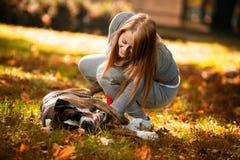 Uśmiechnięta kobieta I Jej pies Fotografia Stock