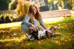 Uśmiechnięta kobieta I Jej pies Zdjęcie Royalty Free