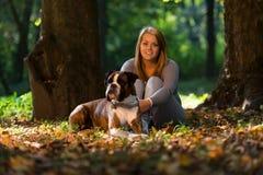 Uśmiechnięta kobieta I Jej pies Fotografia Royalty Free