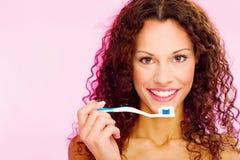 Uśmiechnięta kobieta i zębu muśnięcie obraz stock