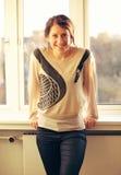 Uśmiechnięta kobieta Indoors z okno jako tło Fotografia Royalty Free