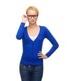 Uśmiechnięta kobieta jest ubranym eyeglasses w przypadkowych ubraniach Zdjęcia Royalty Free