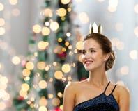 Uśmiechnięta kobieta jest ubranym koronę w wieczór sukni Obraz Stock