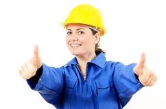 Uśmiechnięta kobieta jest ubranym ochronnego wyposażenie który Fotografia Stock