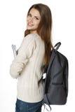 Uśmiechnięta kobieta jest ubranym plecaka i trzyma notatniki Obraz Royalty Free