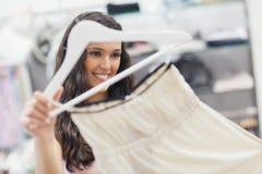 Uśmiechnięta kobieta Kupuje suknię obrazy royalty free