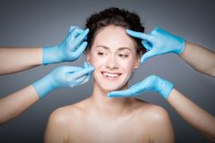 Uśmiechnięta kobieta ma skóry checkup przed chirurgią plastyczną Obraz Stock