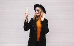 uśmiechnięta kobieta ma wideo wywoławczego lub bierze selfie smartphone zdjęcie stock