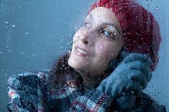 Uśmiechnięta kobieta na deszczowym dniu Fotografia Royalty Free