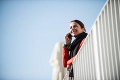 Uśmiechnięta kobieta na tarasie Fotografia Stock
