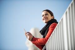 Uśmiechnięta kobieta na tarasie Zdjęcia Royalty Free