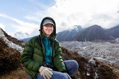 Uśmiechnięta kobieta nad Ngozumpa lodowiec, Nepal Obraz Royalty Free