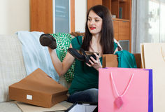 Uśmiechnięta kobieta patrzeje buty Zdjęcia Royalty Free