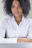 Uśmiechnięta kobieta patrzeje ciebie od Afryka Obraz Stock