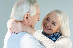 Uśmiechnięta kobieta patrzeje męża na bielu Zdjęcia Royalty Free