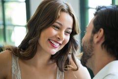 Uśmiechnięta kobieta patrzeje mężczyzna w restauraci Obrazy Royalty Free