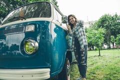 Uśmiechnięta kobieta patrzeje w obozowicza samochodu dostawczego okno Obraz Stock