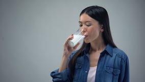 Uśmiechnięta kobieta pije szkło świeży mleko, bezpłatni nabiały, wapnie zdjęcie wideo