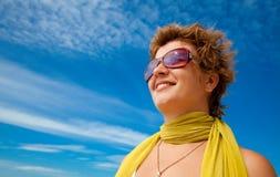Uśmiechnięta kobieta podziwia dennych widoki w okularach przeciwsłoneczne i żółtym szaliku Zdjęcie Royalty Free