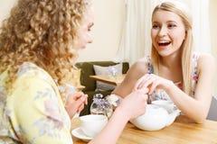 Uśmiechnięta kobieta pokazuje obrączkę ślubną w kawiarni fotografia royalty free