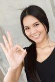 Uśmiechnięta kobieta pokazuje ok ręka znaka Obrazy Stock