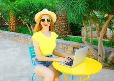 Uśmiechnięta kobieta pracuje używać laptop outdoors Zdjęcia Royalty Free