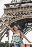 Uśmiechnięta kobieta przy Effiel wierza zdjęcia royalty free