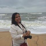 Uśmiechnięta kobieta przy Maravante plażą z fachową kamerą Fotografia Stock