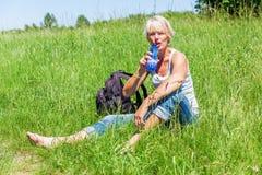 Uśmiechnięta kobieta przy wycieczkuje odpoczynkiem Zdjęcie Royalty Free