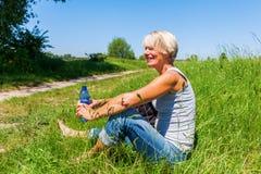 Uśmiechnięta kobieta przy wycieczkuje odpoczynkiem Zdjęcia Stock