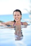 Uśmiechnięta kobieta realxing w basenie Zdjęcia Royalty Free