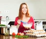 Uśmiechnięta kobieta robi ciastu lub omletowi Obraz Stock