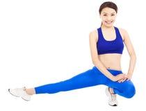 Uśmiechnięta kobieta robi sedno treningowi, grże up ciało Obrazy Royalty Free