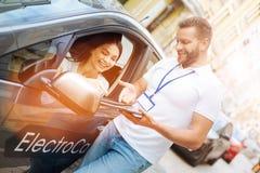 Uśmiechnięta kobieta słucha samochodowego wynajem agenci pracownik Zdjęcie Royalty Free