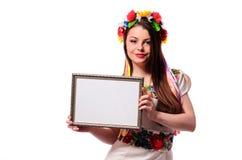 Uśmiechnięta kobieta trzyma bielu znaka deskę w Ukraińskim nationa obraz stock
