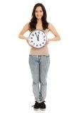 Uśmiechnięta kobieta trzyma dużego zegar Fotografia Royalty Free