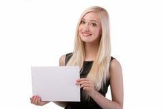 Uśmiechnięta kobieta trzyma pustą kartę. Zdjęcie Royalty Free