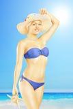 Uśmiechnięta kobieta trzyma rozgwiazdy i cieszy się słońce w bikini Obraz Stock