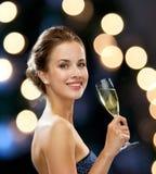 Uśmiechnięta kobieta trzyma szkło iskrzasty wino Fotografia Stock