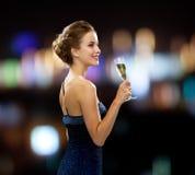 Uśmiechnięta kobieta trzyma szkło iskrzasty wino Zdjęcia Royalty Free